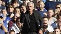 Pelatih Manchester United, Jose Mourinho, saat melawan Chelsea pada laga Premier League di Stadion Stamford Bridge, Sabtu (20/10/2018). Kedua tim bermain imbang 2-2. (AP/Matt Dunham)