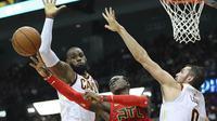 Pebsket Cleveland Cavaliers, LeBron James, berusaha memblock pebasket Atlanta Hawks, Dennis Schroder, pada laga NBA di Philips Arena, Atlanta, Kamis (30/11/2017). Hawks kalah 114-121 dari Cavaliers. (AP/Curtis Compton)