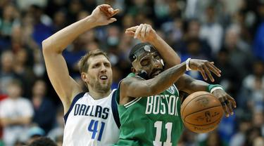 Aksi pemain Boston Celtics, Kyrie Irving (11) melewati adangan pemain Dallas Mavericks, Dirk Nowitzki (41) pada lanjutan NBA basketball game di American Airlines Center, Dallas, (20/11/2017).   Celtics menang 110-102. (AP/Tony Gutierrez)