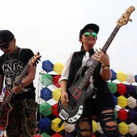 Aksi keren Chua Kotak di panggung Inbox Awards 2015, ia tampil layaknya rocker dengan rompi hitam serta celana jeans robek. (Wimbarsana/Bintang.com)