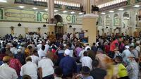 Masjid Agung Baiturrahim Kota Gorontalo tetap menggelar salat Jumat meski Majelis Ulama Indonesia (MUI) telah mengeluarkan imbauan tidak menggelar salat Jumat selama pandemi corona Covid-19. (Liputan6.com/ Arfandi Ibrahim)