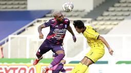 Menjelang babak pertama berakhir, RANS Cilegon FC berhasil mendapat peluang. Sayang Patrick Wanggai masih belum bisa mengoyak gawang Perserang Serang. (Bola.com/M Iqbal Ichsan)
