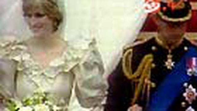 Koleksi busana Lady Diana akan dilelang di Inggris pada 8 Juni mendatang. Terdapat gaun pengantin dan gaun yang dipakai Diana saat bertunangan dengan Pangeran Charles.