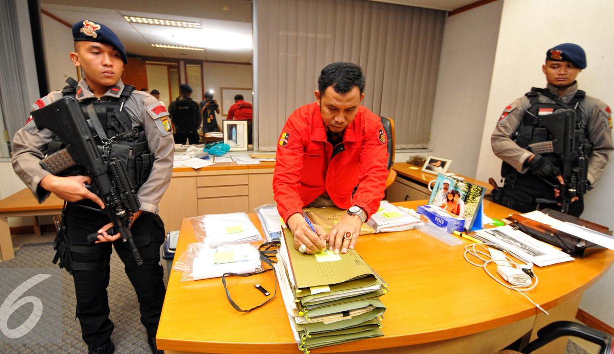 Dirtipikor Bareskrim Polri menggeledah kantor PT.Polytama propindo di Jakarta, Kamis (18/6/2015). Penyidik menggeledah kantor pendiri TPPI Honggo Wendratmo terkait korupsi penjualan kondensat dari SKK Migas kepada PT TPPI. (Liputan6.com/Yoppy Renato)