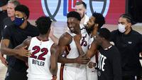 Para pebasket Miami Heat merayakan kemenangan atas Boston Celtics pada gim pertama final Wilayah Timur playoff NBA di SPN World of Sports Complex, Selasa (15/9/2020). Heat menang dengan skor 117-114. (AP/Mark J. Terrill)