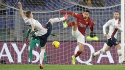 Pemain AS Roma Henrikh Mkhitaryan (kanan) dan pemain Bologna Mattias Svanberg berebut bola pada pertandingan pekan ke-23 Serie A Liga Italia di Olimpico Stadio, Roma, Italia, Jumat (7/2/2020). AS Roma kalah dari Bologna 2-3. (AP Photo/Gregorio Borgia)