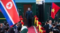 Pemimpin Korea Utara (Korut) Kim Jong-un tiba di Stasiun Dong Dang di Lang Son, Vietnam, Selasa (26/2). Kim Jong-un menjejakkan kakinya di Vietnam untuk menghadiri pertemuan dengan Presiden Amerika Serikat, Donald Trump. (Photo by - / AFP)