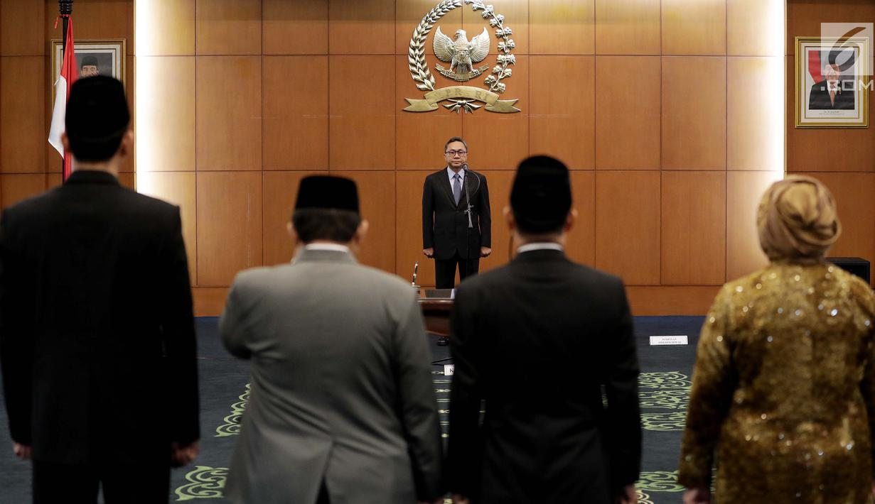 Ketua MPR Zulkifli Hasan memimpin pengucapan sumpah jabatan anggota MPR Pengganti Antar Waktu (PAW) di Kompleks Parlemen, Senayan, Jakarta, Kamis (18/10). MPR melantik sembilan orang anggota dewan dalam PAW tersebut. (Liputan6.com/Johan Tallo)
