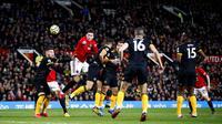 Bek Manchester United, Victor Lindelof, menyundul bola saat melawan Wolverhampton Wanderers, Matt Doherty, pada laga Premier League di Stadion Old Trafford, Sabtu (1/2/2020). Kedua tim bermain imbang tanpa gol. (AP/Martin Rickett)
