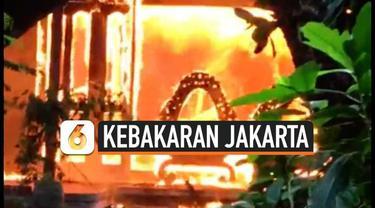 2 rumah mewah di kawasan elit Kemang Jakarta Selatan terbakar, kebakaran akibat korsleting listrik di salah satu rumah yang kondisinya kosong tidak dihuni. Kebakaran membuat panik pemilik rumah.