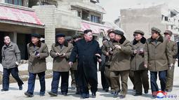 Pemimpin Korea Utara Kim Jong-Un saat meninjau kabupaten Samjiyon County di Provinsi Ryanggang yang berbatasan dengan China, (4/4). (AFP Photo/KCNA VIA KNS)