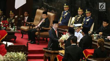 Presiden Joko Widodo berjabat tangan dengan Ketua DPD RI Oesman Sapta Odang usai menandatangani  Nota Keuangan dan RAPBN 2018 di Kompleks Parlemen, Senayan, Jakarta, Rabu (16/8). (Liputan6.com/Johan Tallo)