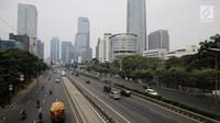 Suasana lalu lintas yang lengang di lajur arteri dan Tol Dalam Kota di ruas jalan Gatot Subroto, Jakarta, Jumat (23/6). Sejumlah ruas jalan di Ibu Kota lancar pagi ini, yang merupakan hari pertama cuti bersama Lebaran 2017. (Liputan6.com/Faizal Fanani)