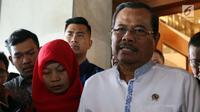Jaksa Agung HM Prasetyo (kanan) memberikan keterangan kepada wartawan seusai menerima kedatangan terpidana kasus pelanggaran UU ITE, Baiq Nuril di gedung Kejaksaan Agung, Jakarta, Jumat (12/7/2019). Kedatangan Baiq Nuril itu untuk mengajukan penangguhan eksekusi. (Liputan6.com/Johan Tallo)