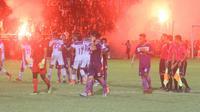 Laga uji coba antara Persik Kediri melawan Persita di Stadion Brawijaya, Kota Kediri, Kamis (2/5/2019), harus berakhir imbang sebelum laga usai karena suporter memaksa masuk ke lapangan. (Bola.com/Gatot Susetyo)