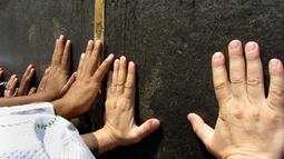 Umat muslim menyentuh dinding Kakbah di Masjid al-Haram menjelang puncak pelaksanaan ibadah haji di kota suci Makkah, Arab Saudi pada Senin (5/8/2019). Ibadah haji menjadi pertemuan tahunan umat manusia terbesar di dunia.  (AP Photo/Amr Nabil)