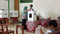 Sejumlah TPS pada Pilkada 2020 di Kabupaten Sukabumi, Jawa Barat, terpaksa dipindah akibat tenda untuk pencoblosan roboh diterjang puting beliung.(Liputan6.com/Achmad Sudarno)