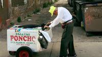 Kakek tua itu terpaksa berjualan es loli karena anak satu-satunya meninggal dan istrinya sakit