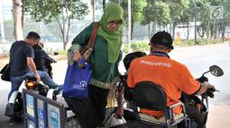 Pengunjung menggunakan jasa Ojek Disabilitas di GBK, Jakarta, Rabu (10/10). Armada Ojek Disabilitas digunakan untuk pengunjung menyaksikan Asian Para Games 2018, khususnya orang tua, anak-anak, dan penyandang disabilitas. (Merdeka.com/Iqbal S. Nugroho)