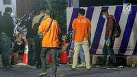 Petugas Inafis melakukan olah TKP di lokasi ledakan bom di Pos Polisi Pantau, Bundaran Kartasura, Sukoharjo Selasa (4/6/2019). Bom bunuh diri terjadi pada Senin pukul 22.30 WIB yang mengakibatkan pelaku aksi teror kritis dan tujuh polisi selamat. (Liputan6.com/Fajar Abrori)