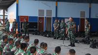 Asops Panglima TNI Mayjen TNI Ganip Warsito memberikan pengarahan kepada sejumlah Prajurit TNI. (Istimewa)