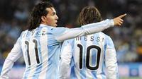 Striker Argentina Carlos Tevez (kiri) dan Lionel Messi seusai mencetak gol pertama ke gawang Meksiko di babak 16 besar PD 2010 di Soccer City, 27 Juni 2010. Argentina unggul 3-1. AFP PHOTO / DANIEL GARCIA