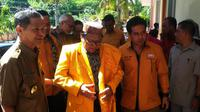 Ketua Umum Partai Hanura, Oesman Sapta Odang (OSO) menanggapi anggota DPRD Kupang, NTT, yang terjerat kasus perjudian. (Liputan6.com/Ola Keda)