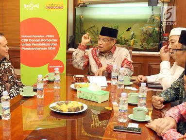 President Director & CEO Indosat Ooredoo Chris Kanter berbincang dengan Ketum PBNU KH Said Aqil Siroj di Jakarta, Jumat (28/12). Indosat Ooredoo memiliki dua pilar program CSR itu yaitu Pendidikan & Pengembangan Komunitas. (Liputan6.com/HO/Eko)