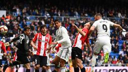Proses gol Benzema lewat sundulan ke gawang Bilbao pada laga lanjutan La Liga di pekan ke-33 yang berlangsung di Stadion Santiago Bernabeu, Madrid, Minggu (21/4). Real Madrid menang 3-0 atas Bilbao. (AFP/Gabriel Bouys)