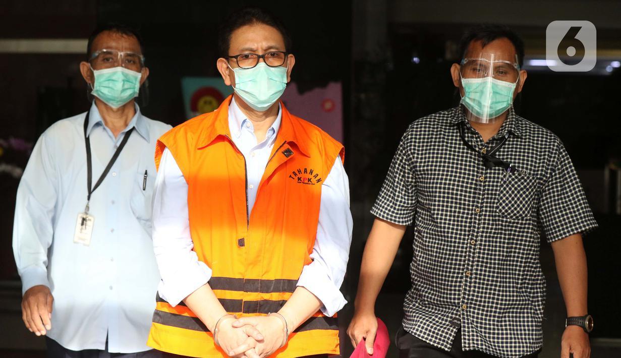 Tersangka dugaan korupsi terkait penjualan dan pemasaran di PT Dirgantara Indonesia tahun 2007-2017, Budiman Saleh (tengah) usai menjalani pemeriksaan di Gedung KPK, Jakarta, Kamis (22/10/2020). KPK resmi menahan Budiman Saleh untuk pendalaman pemeriksaan. (Liputan6.comHelmi Fithriansyah)