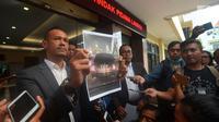 Kuasa hukum Ronny Yuniarto, Febby Sagita menunjukkan gambar mobil yang diduga milik anggota Komisi III DPR Herman Hery usai membuat laporan penganiayaan di Polres Metro Jakarta Selatan, Kamis (21/6). (Merdeka.com/Imam Buhori)