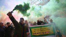 Demonstrasi yang melibatkan banyak penggemar juga terjadi di luar Old Trafford. Suporter menumpahkan kekecewaan setelah bertahun-tahun tidak puas dengan kepemimpinan Glazers, ditambah dengan keterlibatan petinggi klub di Liga Super Eropa. (Foto: AFP/Oli Scarff)