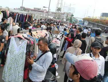 PKL di Luar Pasar Senen Masih Bertahan