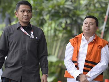 Saeful Bahri yang merupakan staf Sekjen PDIP Hasto Kristiyanto adalah penyuap Eks Komisioner KPU Wahyu Setiawan dikawal petugas berjalan akan menjalani pemeriksaan oleh penyidik di Gedung KPK, Jakarta, Senin (27/1/2020). (merdeka.com/Dwi Narwoko)