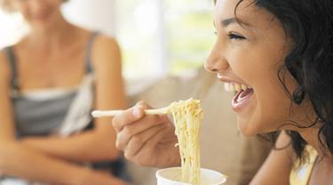 Studi: Wanita Bertubuh Ramping yang Sering Konsumsi Mi Instan. Source: TG
