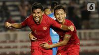 Pemain Timnas Indonesia U-22, Asnawi Mangkualam, bersama Osvaldo Haay merayakan gol yang dicetaknya ke gawang Timnas Singapura U-22 dalam pertandingan Grup B SEA Games 2019 di Stadion Rizal Memorial, Manila, Kamis (28/11/2019). Indonesia menang dengan skor 2-0 atas Singapura. (Bola.com/M Iqbal Ichsa