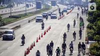Warga berolahraga menggunakan sepeda di sepanjang Jalan Sudirman, Jakarta, Minggu (26/7/2020). Perluasan jalur sepeda sementara dilakukan sebagai dampak dari peniadaan hari bebas kendaraan bermotor (HBKB) di Jalan Sudirman-Thamrin. (Liputan6.com/Faizal Fanani)