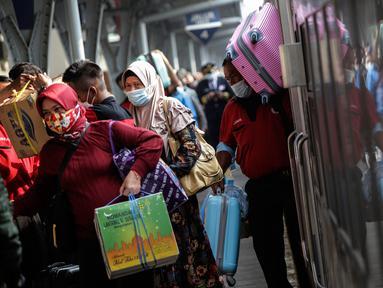 Pemudik tiba di Stasiun Senen, Jakarta, Minggu (23/5/2021). Plt Kepala Dinas Dukcapil DKI Budi Awaludin mencatat hingga hari Sabtu, 22 Mei 2021, atau sepekan arus balik Lebaran, jumlah warga yang tiba di Jakarta sudah mencapai angka 27.160 orang. (Liputan6.com/Johan Tallo)