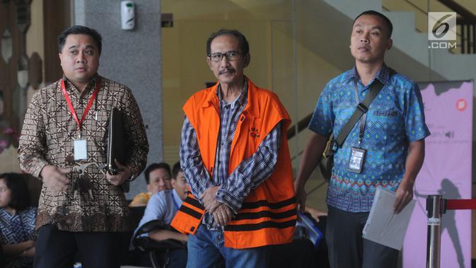 Hakim PN Jakarta Selatan atau ketua majelis hakim nonaktif, Iswahyu Widodo berjalan keluar Gedung KPK usai menandatangani berkas P21, Selasa (26/3). Iswahyu dalam waktu dekat akan menjalani persidangan terkait dugaan menerima suap penanganan perkara perdata di PN Jaksel. (merdeka.com/Dwi Narwoko)