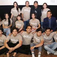 Pemeran film Dilan 1991 berpose bersama usai rilis trailer film di Kemang, Jakarta, Kamis (17/1). Film dengan  target tujuh juta orang dapat menjadi tontonan dan hiburan berkualiatas bagi terutama generasi milenial. (Kapanlagi.com/ Adrian Utama Putra)