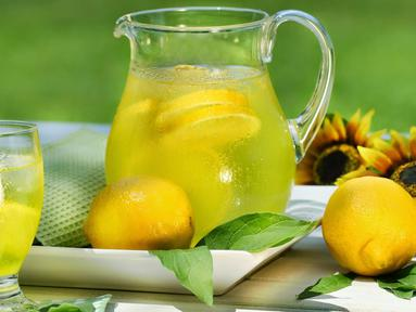 Minum air perasan jeruk lemon setiap pagi yang dicampur dengan air hangat serta madu dapat membantu membakar kalori lebih baik pada pagi hari sekaligus bisa membersihkan sistem pencernaan. (Istimewa)