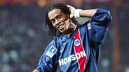 2. Ronaldinho – Sebelum menjadi bintang di Barcelona, mantan pemain terbaik dunia ini pernah bermain untuk PSG dalam kurun waktu 2001 hingga 2003. Ia tampil dalam 55 laga dan mengemas 17 gol. (AFP/Jacques Demarthon)