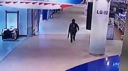 Rekaman CCTV menunjukkan tentara Thailand Jakrapanth Thomma berjalan sambil membawa senjata di mal Terminal 21, Nakhon Ratchasima, Thailand, Sabtu (8/2/2020). Petugas keamanan berhasil menembak mati Jakraphanth Thomma. (MCOT/MCOT Public Company Limited/AFP)
