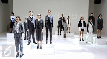 Sejumlah model mengenakan pakaian rancangan desainer senior Tri Handoko saat tampil di  IPMI Trend Show 2017, Jakarta, (11/11). Bertajuk Rectitude, Tri Handoko memamerkan 16 koleksi Spring Summer 2017. (Liputan6.com/Faizal Fanani)