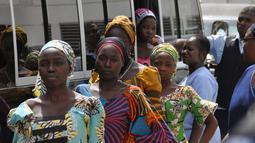 Gadis-gadis sekolah yang telah dibebaskan dari Boko Haram saat tiba di tempat rehabilitasi khusus di Abuja, Nigeria, Selasa (30/5). Gadis-gadis sempat diculik oleh Boko Haram selama 3 tahun. (AP Photo / Olamikan Gbemiga)
