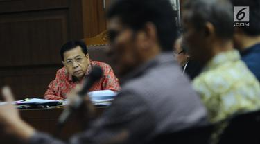 Terdakwa dugaan korupsi proyek e-KTP, Setya Novanto menyimak keterangan saksi Mirwan Amir pada sidang lanjutan di Pengadilan Tipikor, Jakarta, Kamis (24/1). Sidang menghadirkan lima saksi dalam proyek e-KTP. (Liputan6.com/Helmi Fithriansyah)