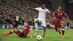 Gelandang Spartak Moskow, Quincy Promes, berusaha melewati hadangan pemain Liverpool pada laga Liga Champions di Stadion Anfield, Liverpool, Rabu (6/12/2017). Liverpool menang 7-0 atas Spartak. (AP/Rui Vieira)