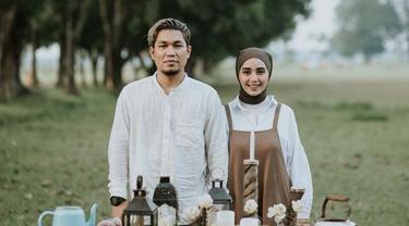 Jarang Tersorot, Ini 6 Potret Romantis Rizal Armada dan Istri