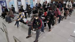 Warga menunggu giliran pengurusan pembatalan tiket perjalanan kereta api di Stasiun Pasar Senen, Minggu (29/3/2020). PT KAI Daop 1 Jakarta membatalkan sejumlah perjalanan keberangkatan kereta jarak jauh hingga 1 Mei 2020 sebagai pencegahan penyebaran virus Corona. (merdeka.com/Iqbal Nugroho)