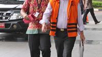 Tersangka mantan Dirjen Hubla Kementerian Perhubungan, Antonius Tonny Budiono berjalan memasuki Gedung KPK di Jakarta, Jumat (26/1). Juru bicara KPK, menyatakan Antonius diperiksa untuk kebutuhan pengembangan perkara. (Liputan6.com/Herman Zakharia)